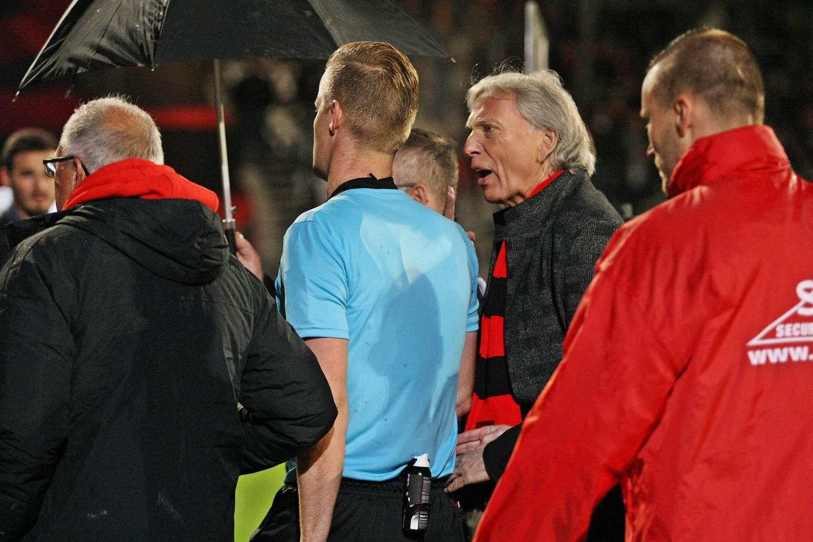Schiedsrichter Arne Aarnink und Uli Ferber