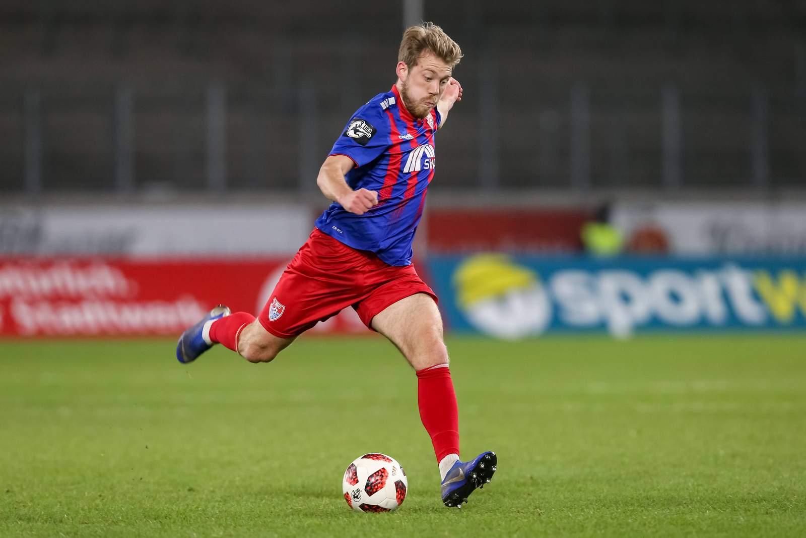 Connor Krempicki am Ball für den KFC Uerdingen