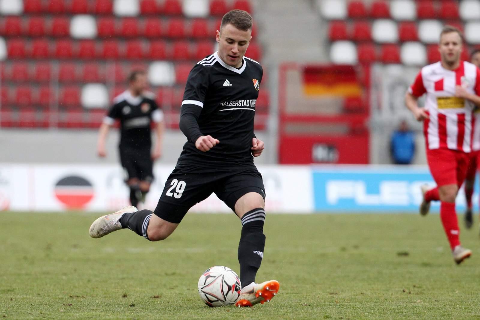 Denis Jäpel am Ball für Germania Halberstadt
