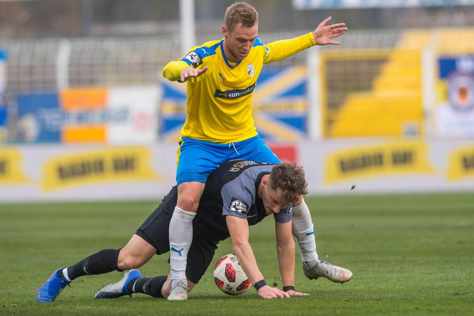 Felix Brügmann gegen Mirnes Pepic im Zweikampf