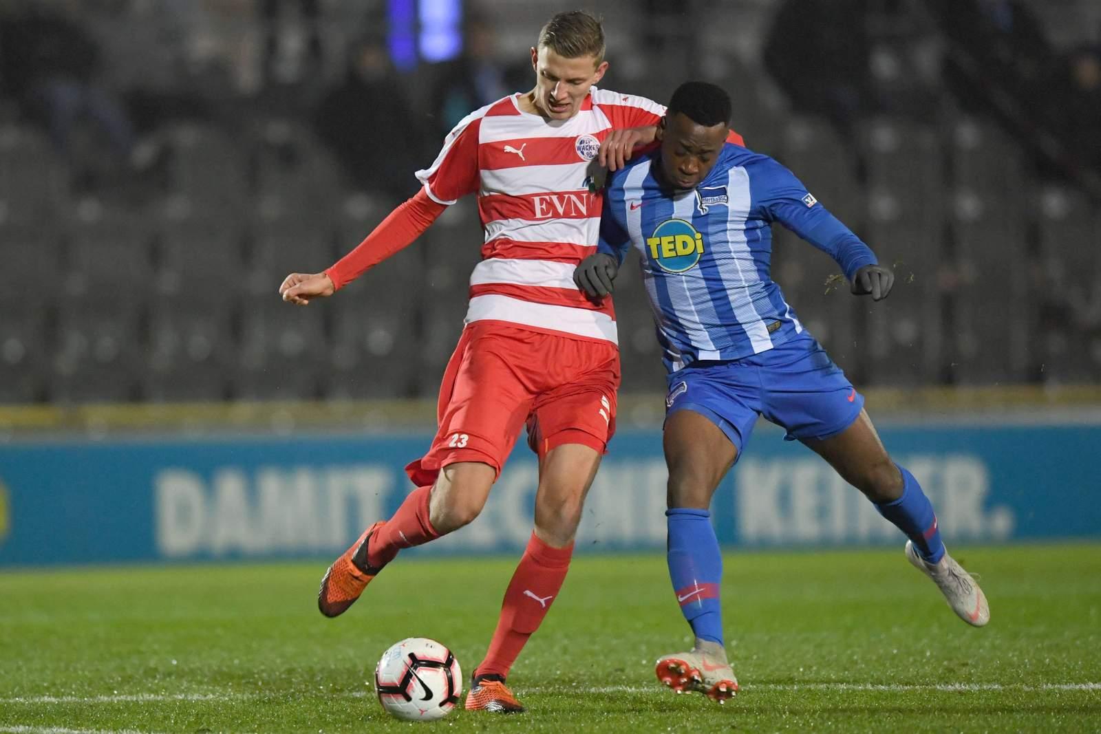 Zweikampf zwischen Felix Müller von Nordhausen beim Spiel gegen Hertha U23