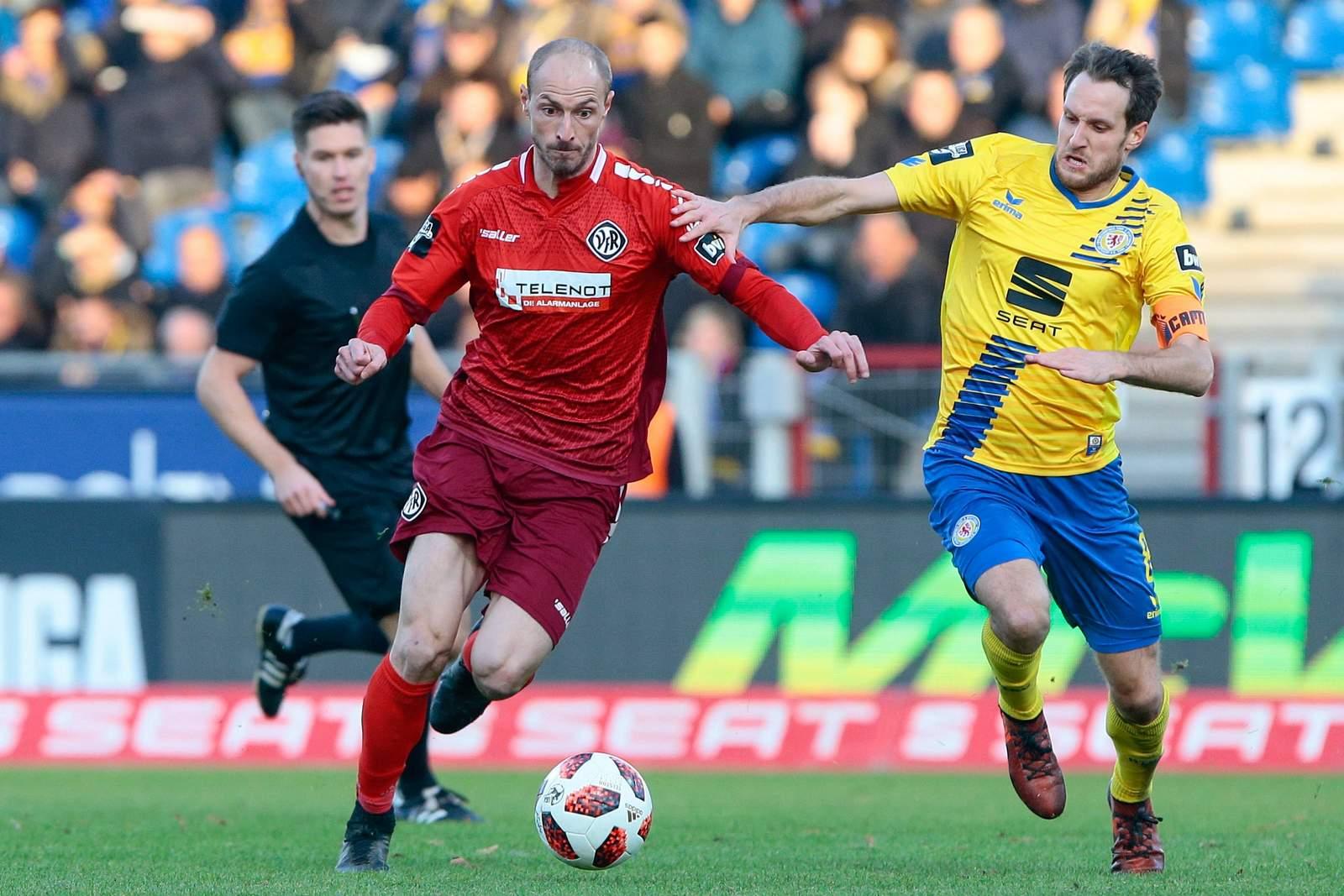 Matthias Morys vom VfR Aalen gegen Stephan Fürstner von Eintracht Braunschweig.