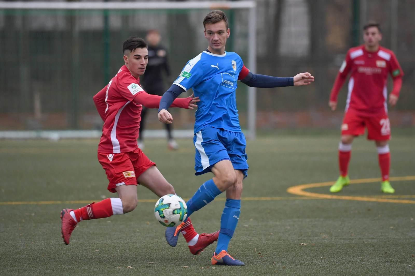 Max Gottwald am Ball für die A-Jugend des FC Carl Zeiss Jena