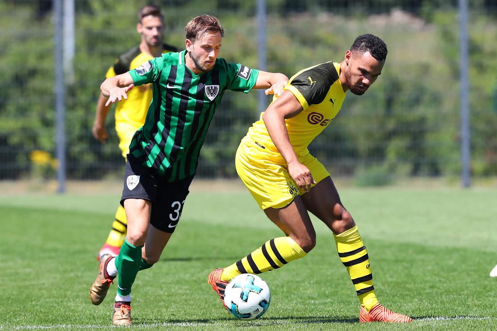 Lucas Cueto von Preußen Münster gegen Herbert Bockhorn vom BVB