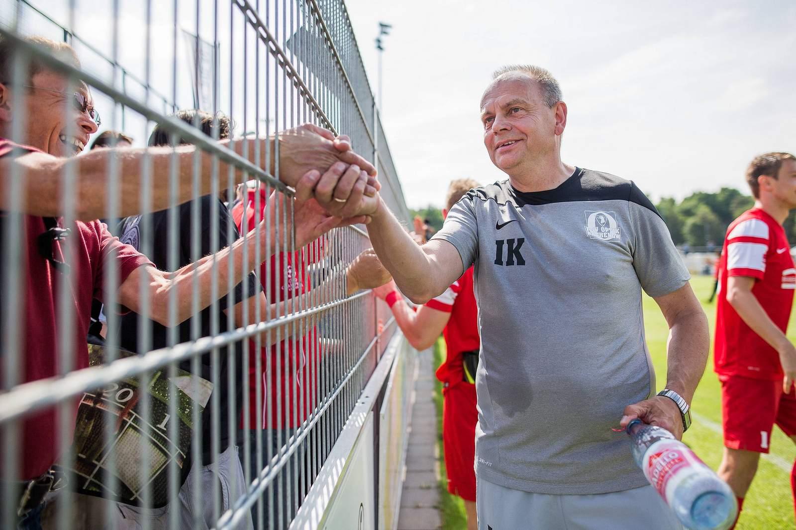 Ingo Kahlisch feiert mit den Optik-Fans.