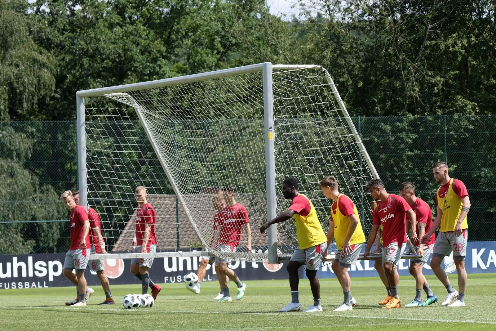 Spieler des 1. FC Kaiserslautern tragen das Tor im Training