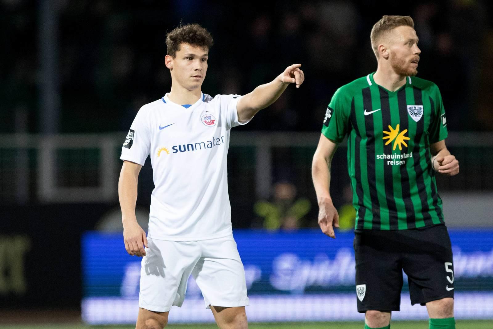 Lukas Scherff deutet auf Fabian Menig vom SC Preußen Münster