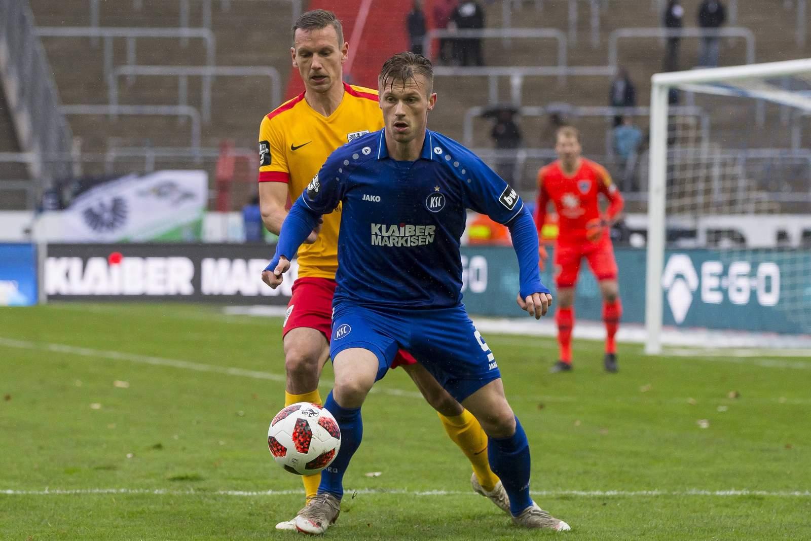 Marvin Pourié vom KSC gegen Ole Kittner von Preußen Münster.
