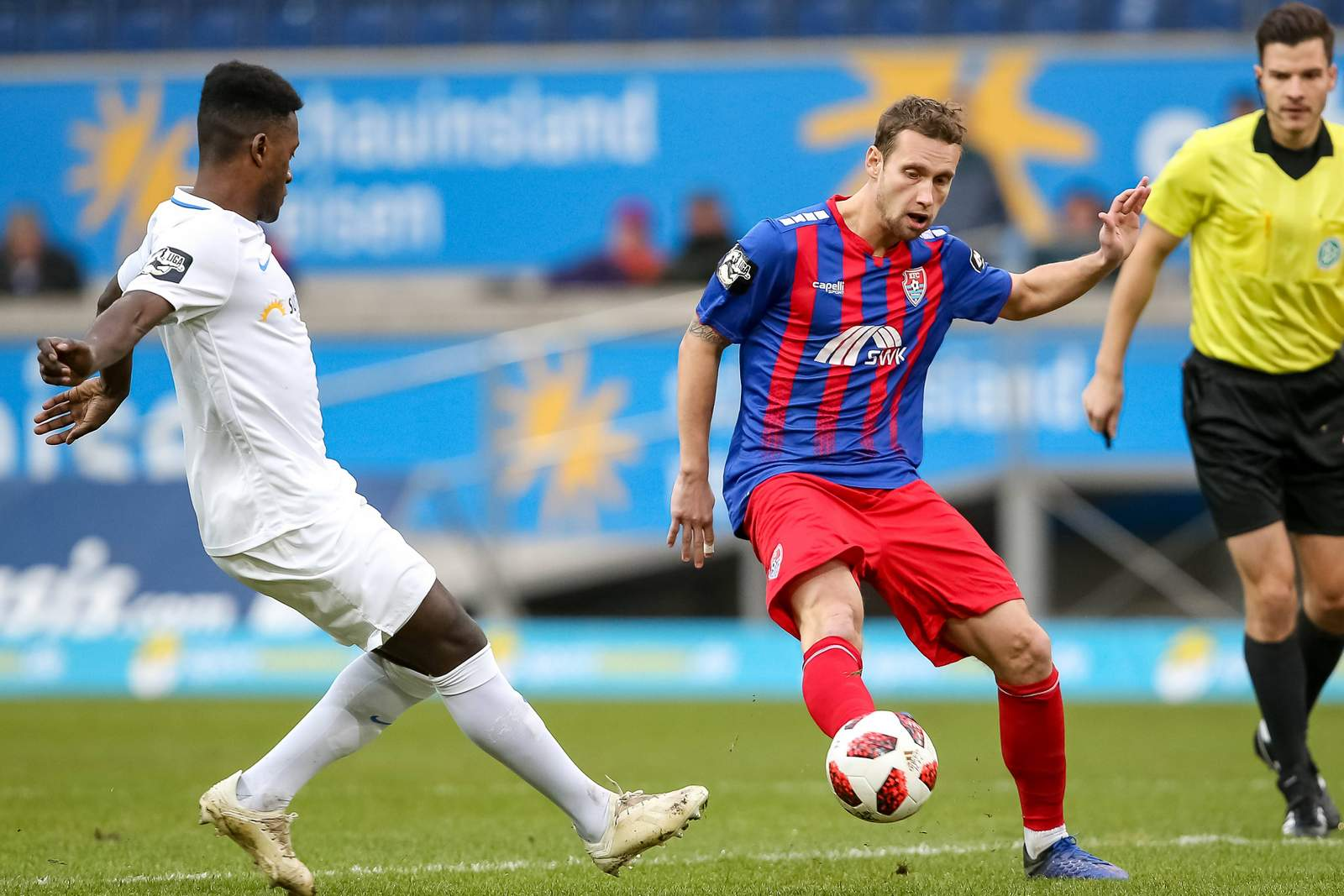 Merveille Biankadi von Hansa Rostock gegen Manuel Konrad vom KFC Uerdingen.