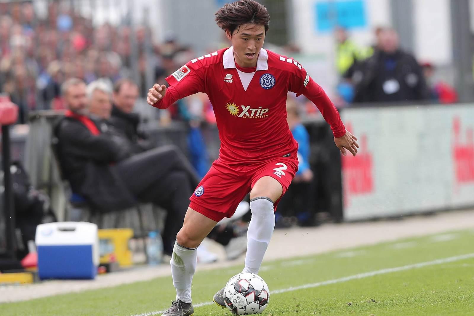 Young ja seo am Ball für den MSV Duisburg