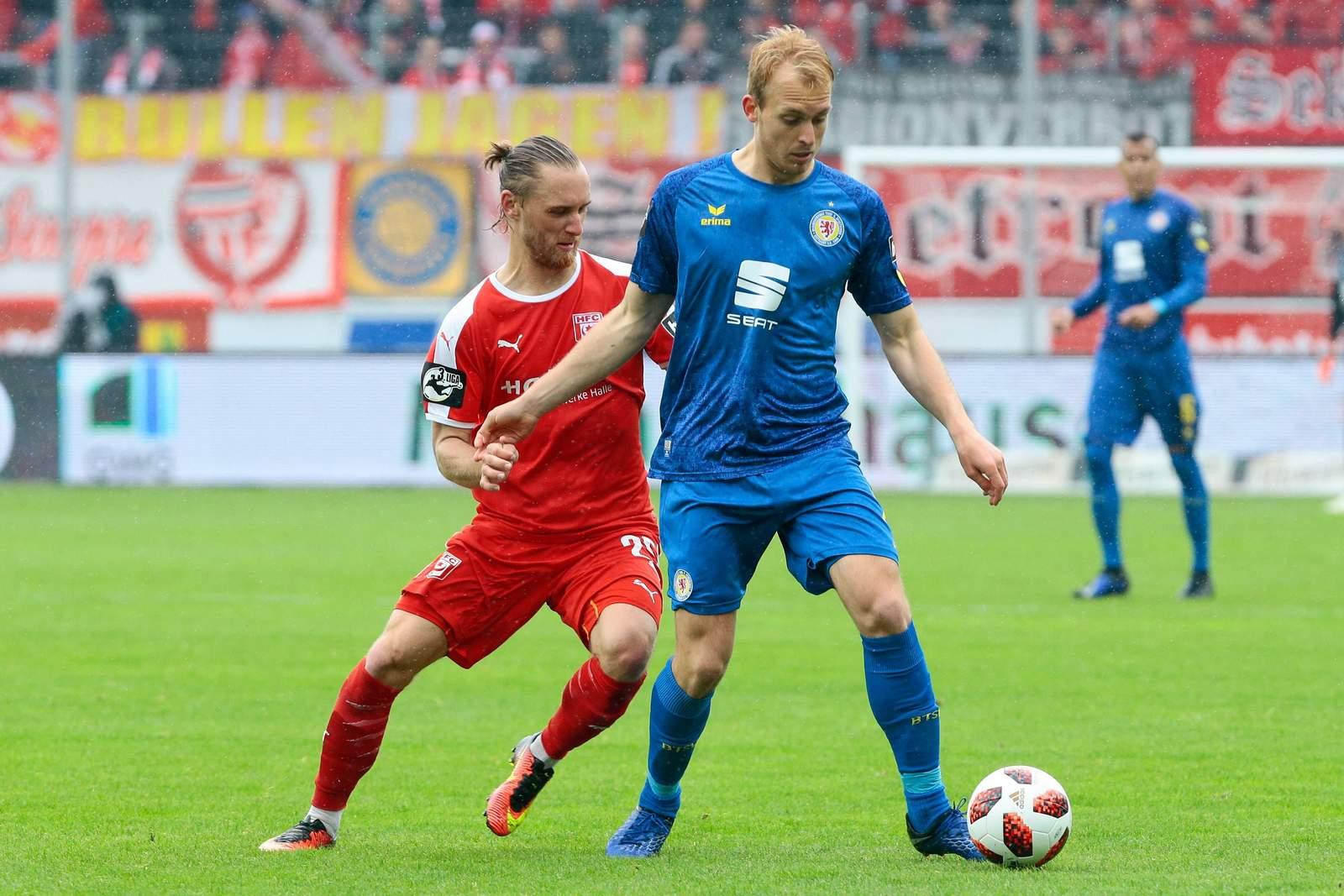 Julius Düker am Ball für Braunschweig