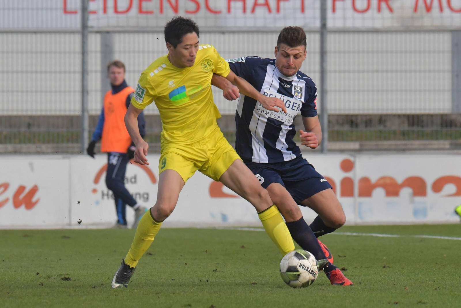 Shun Terada vom SV Straelen gegen Robin Twydry von Wiedenbrück