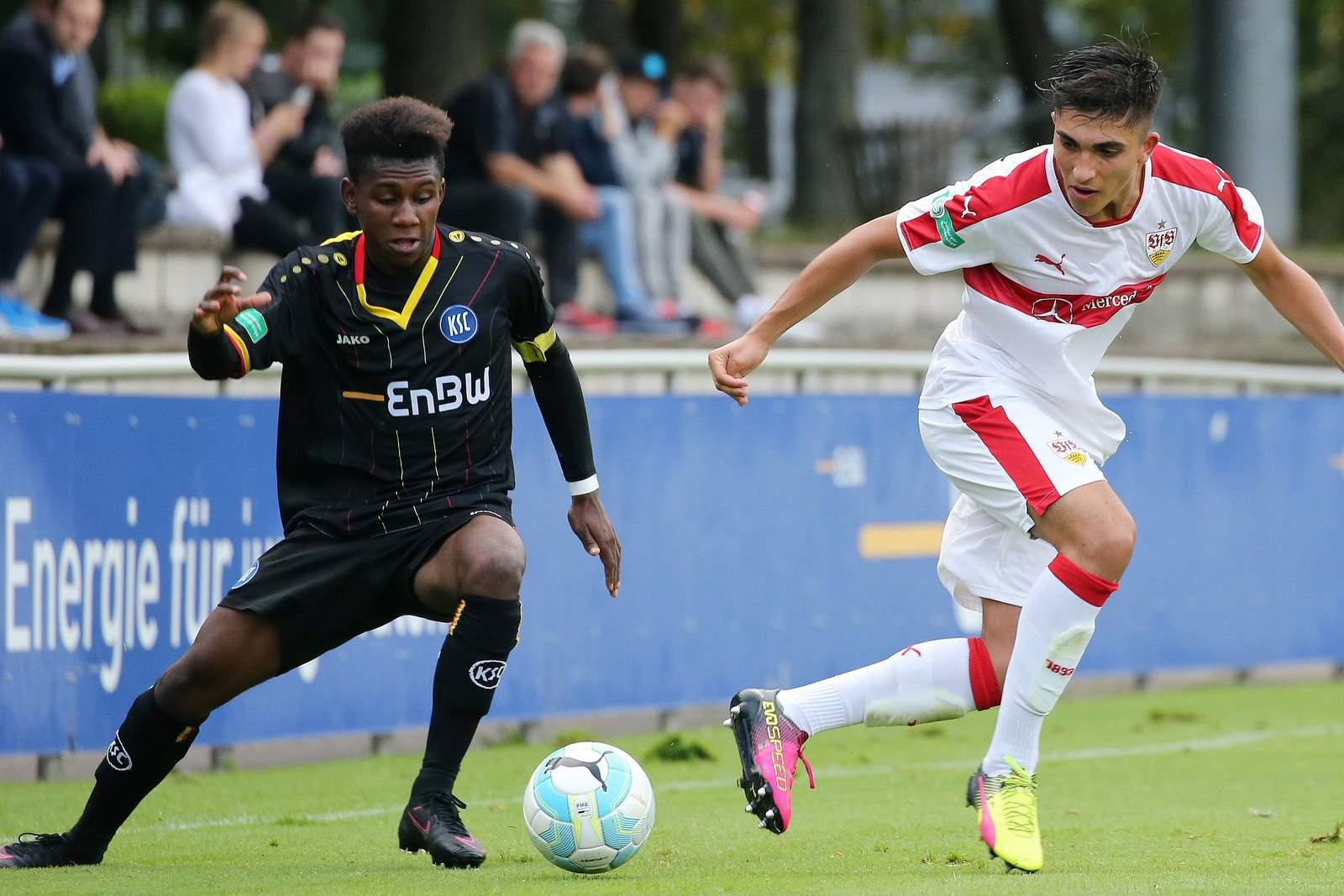 Stephan Mensah beim KSC gegen Umut Günes vom VfB