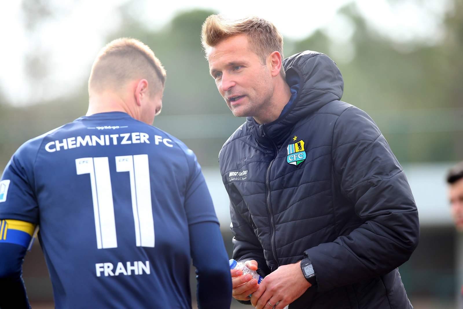 David Bergner (r.) im Gespräch mit seinem Kapitän Daniel Frahn.
