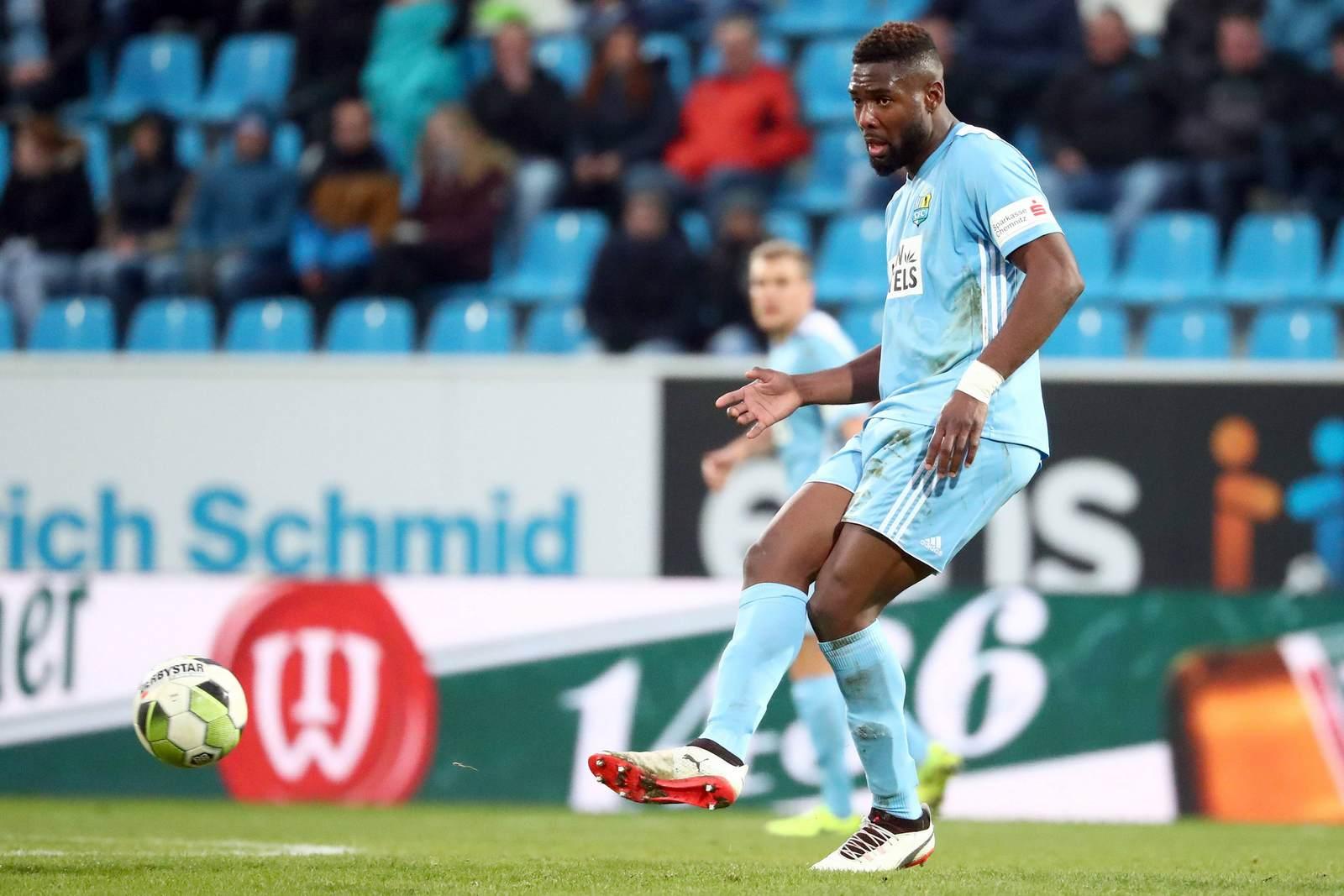Emmanuel Mbende spielt den Ball