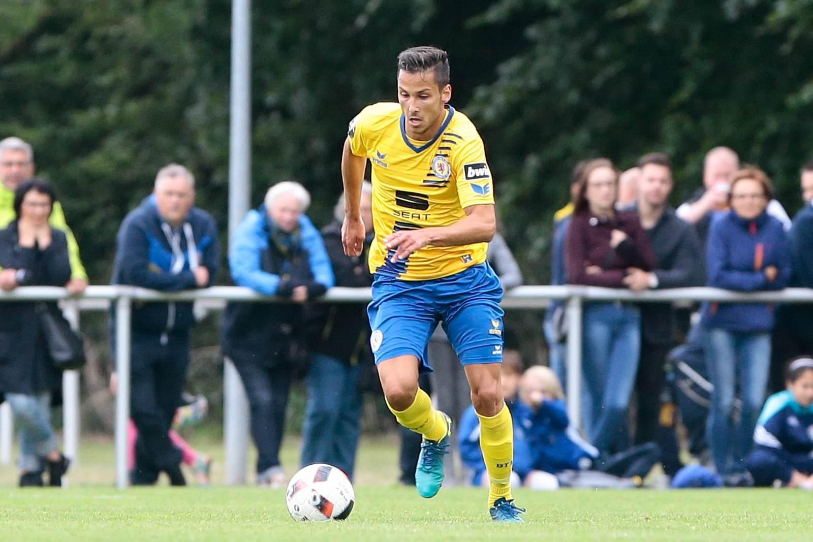 Eric Veiga dribbelt mit dem Ball für Braunschweig II