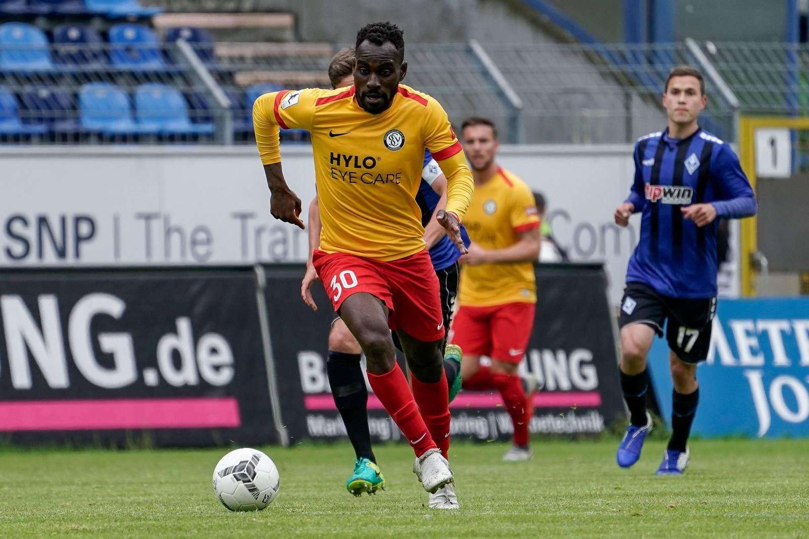 Kevin Koffi am Ball für Elversberg