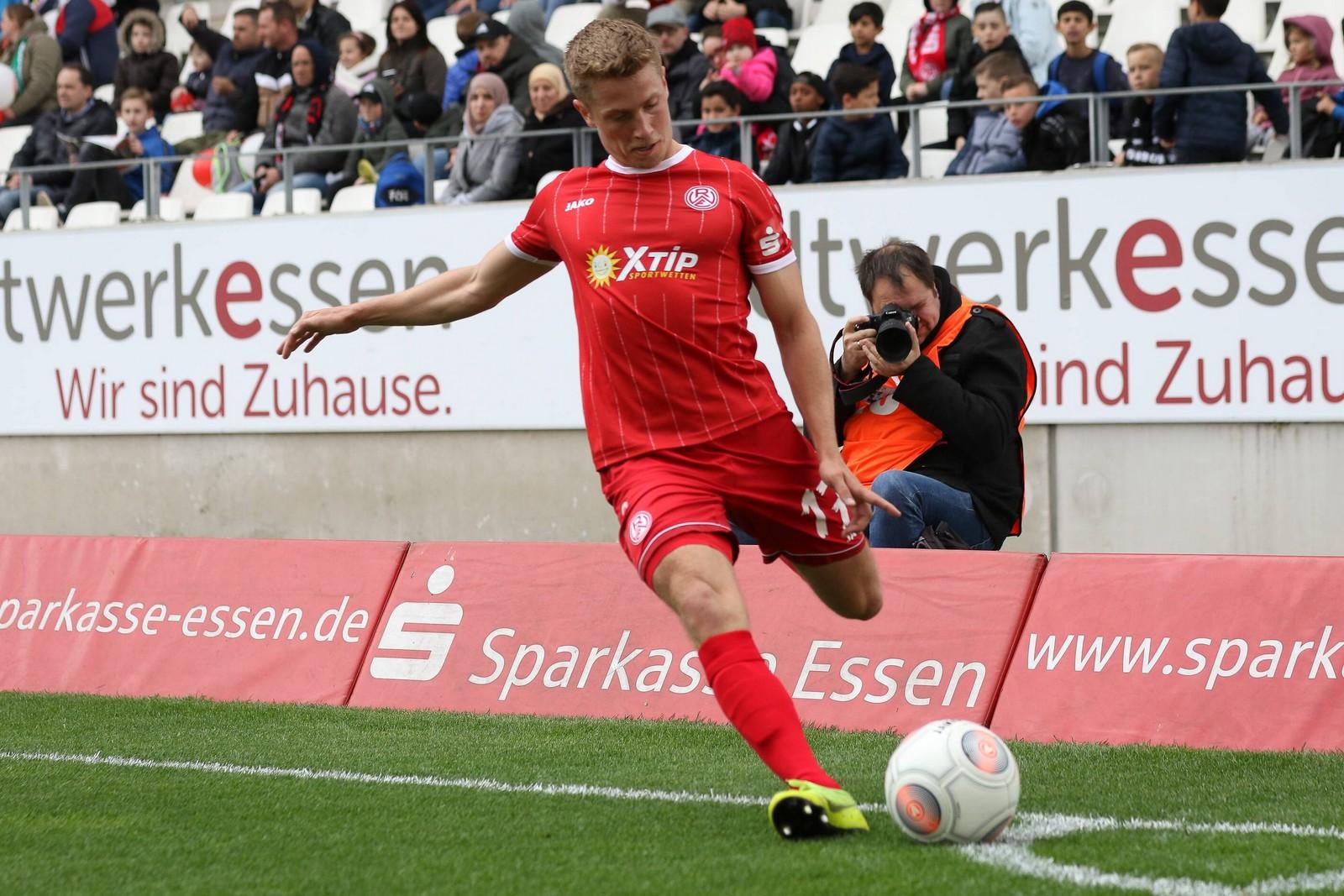 Lukas Scepanik tritt Eckball bei Spiel von Rot-Weiß Essen