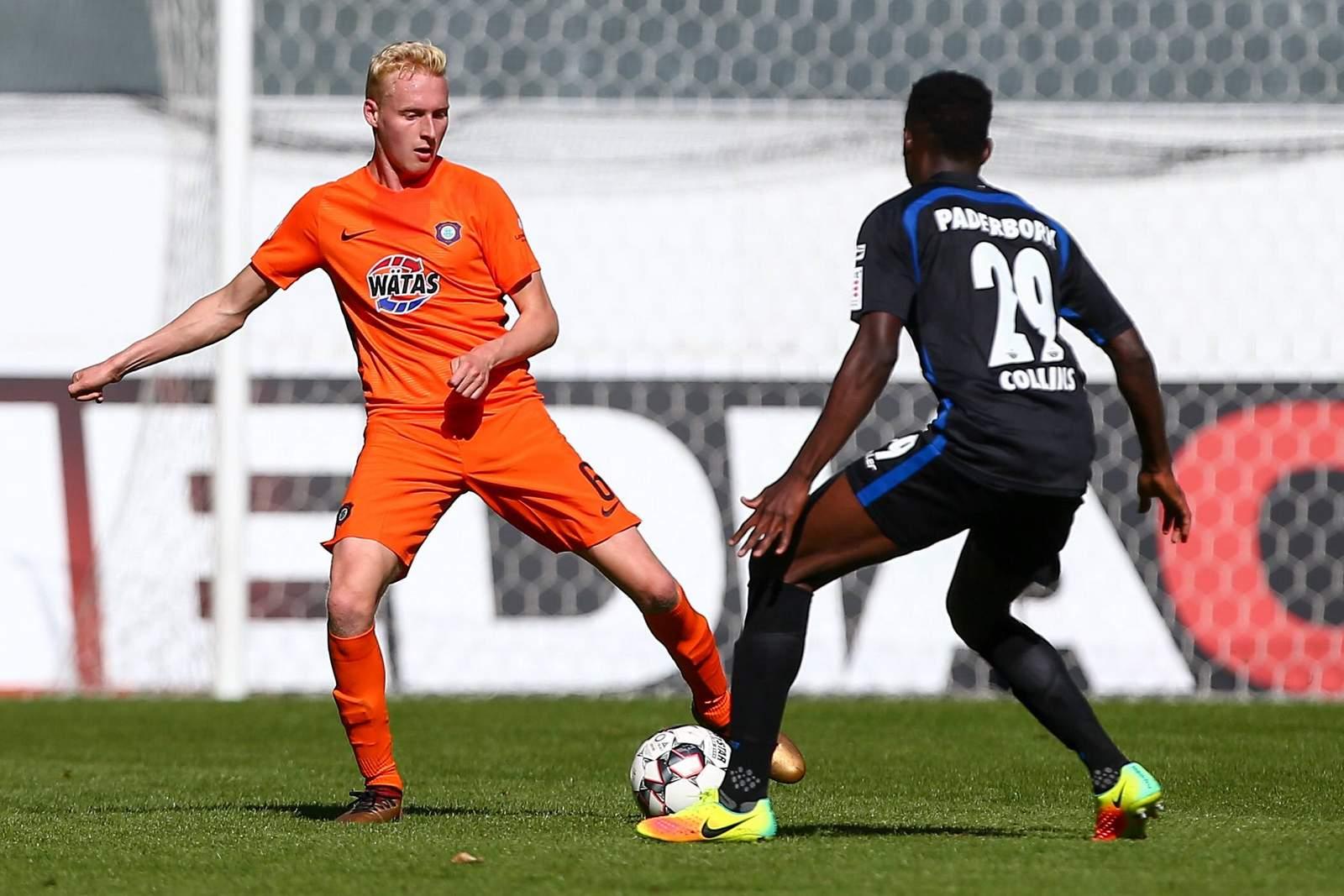 Luke Hemmerich (l.) gegen Paderborns Jamilu Collins.