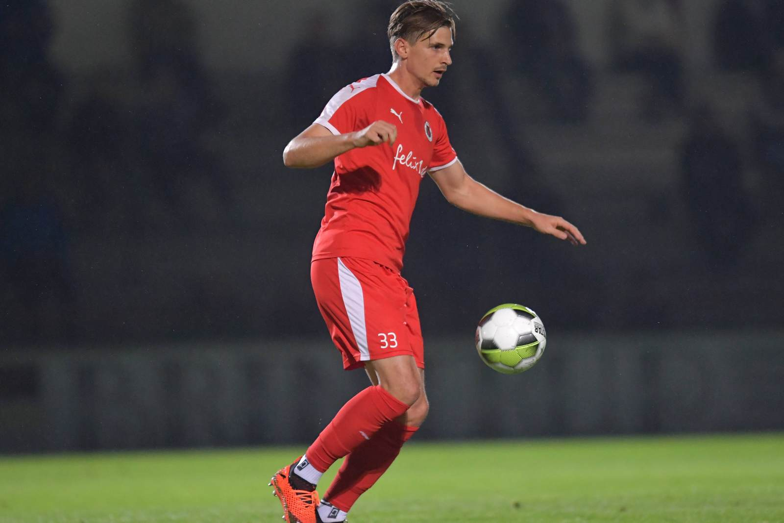 Sebastian Wimmer am Ball für Viktoria Köln
