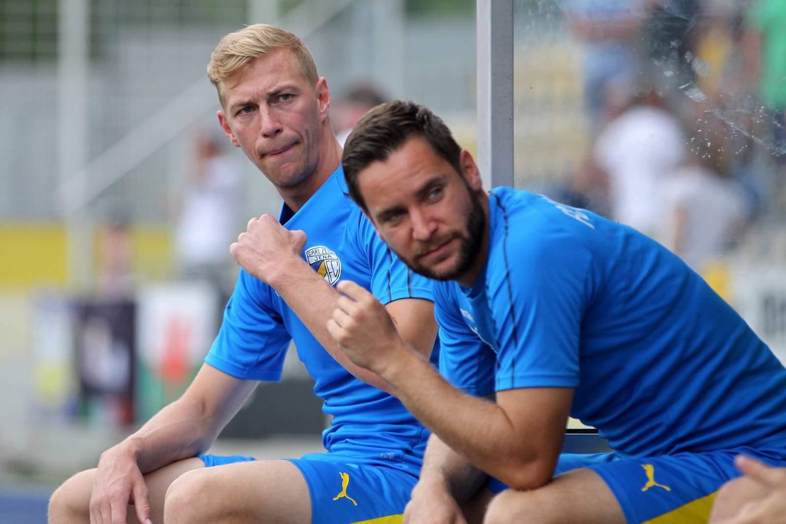 Sören Eismann (l.) und Matthias Kühne auf der Bank.