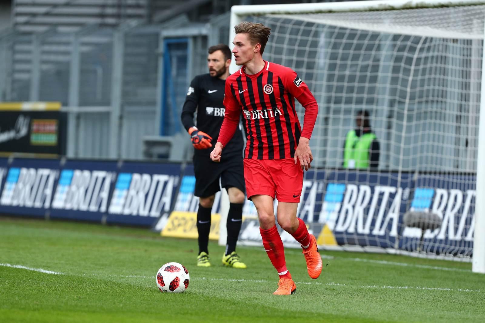 Sören Reddemann am Ball für den SV Wehen Wiesbaden