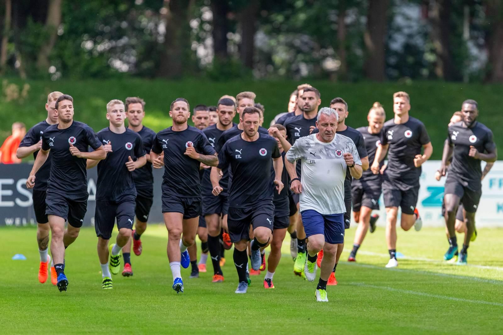 Pavel Dotchev läuft mit Viktoria Köln im Training