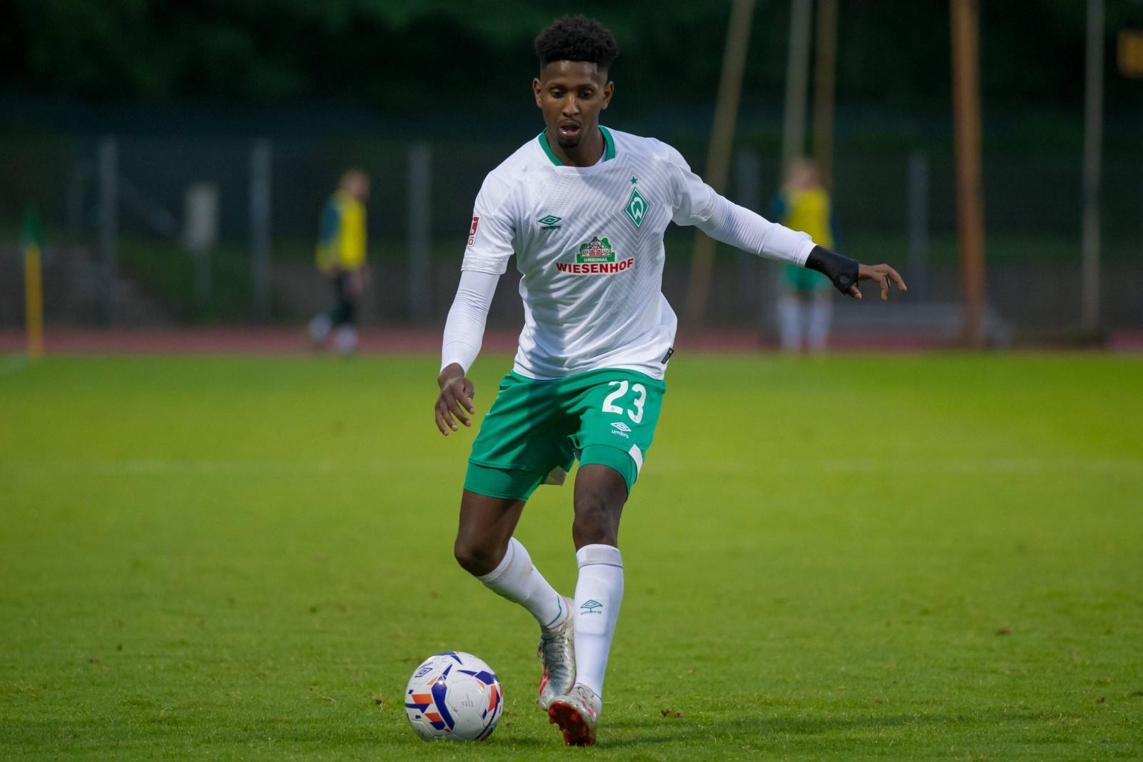 Boubacar Barry am Ball für Werder Bremen II