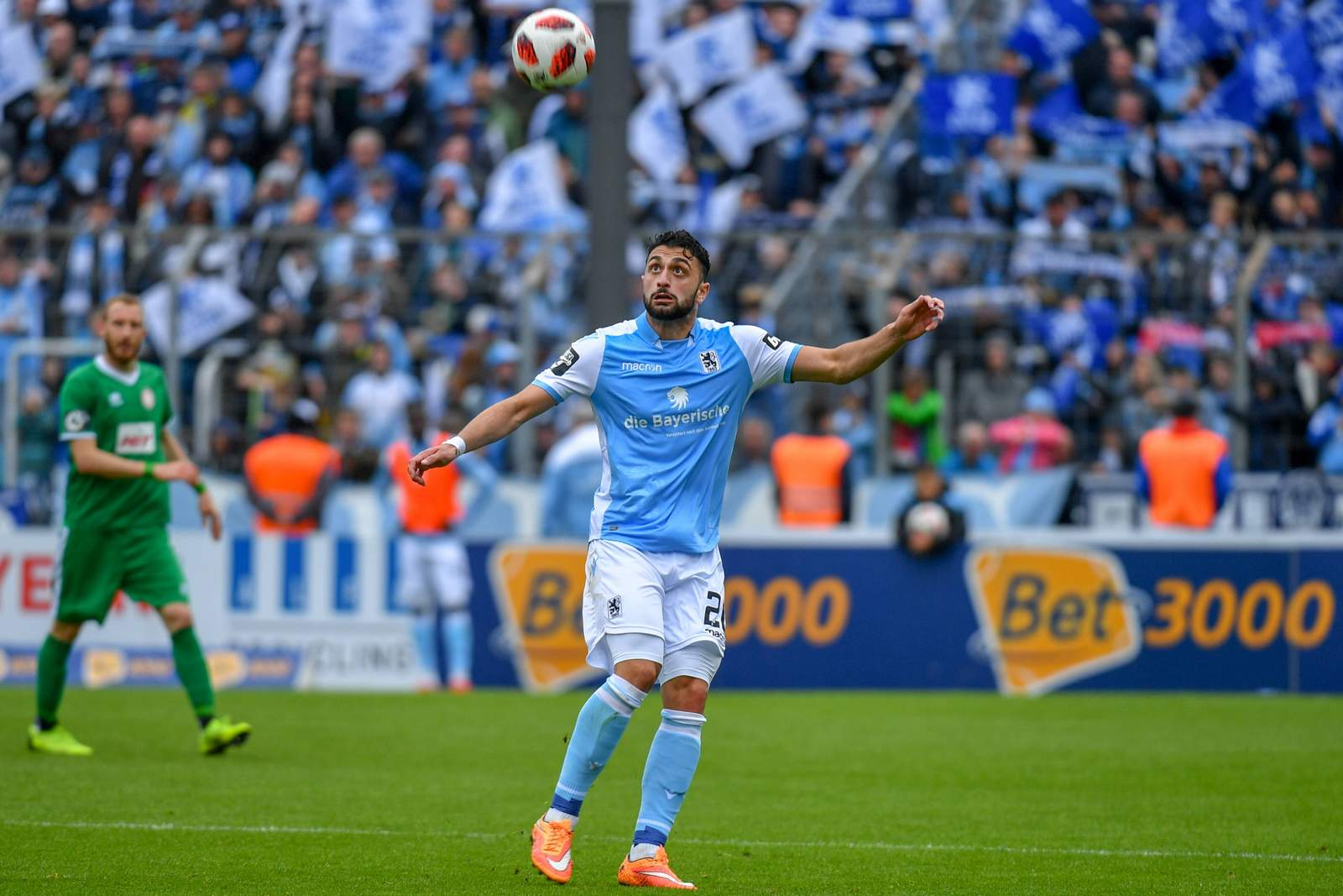 Efkan Bekiroglu (r.) im Spiel gegen Fortuna Köln.