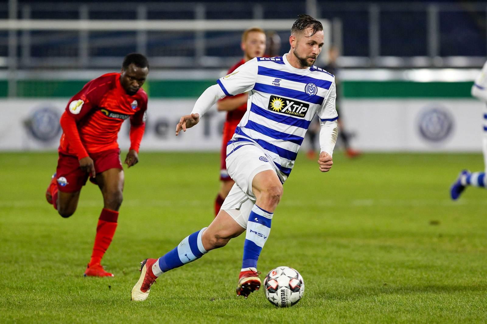 John Verhoek am Ball für den MSV Duisburg