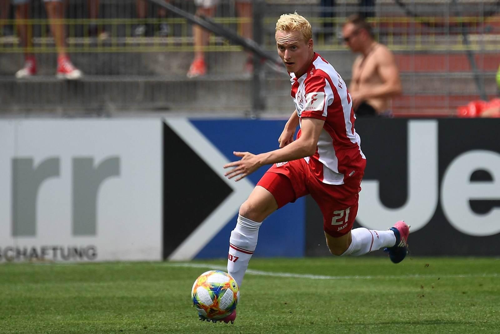 Luke Hemmerich am Ball für die Würzburger Kickers
