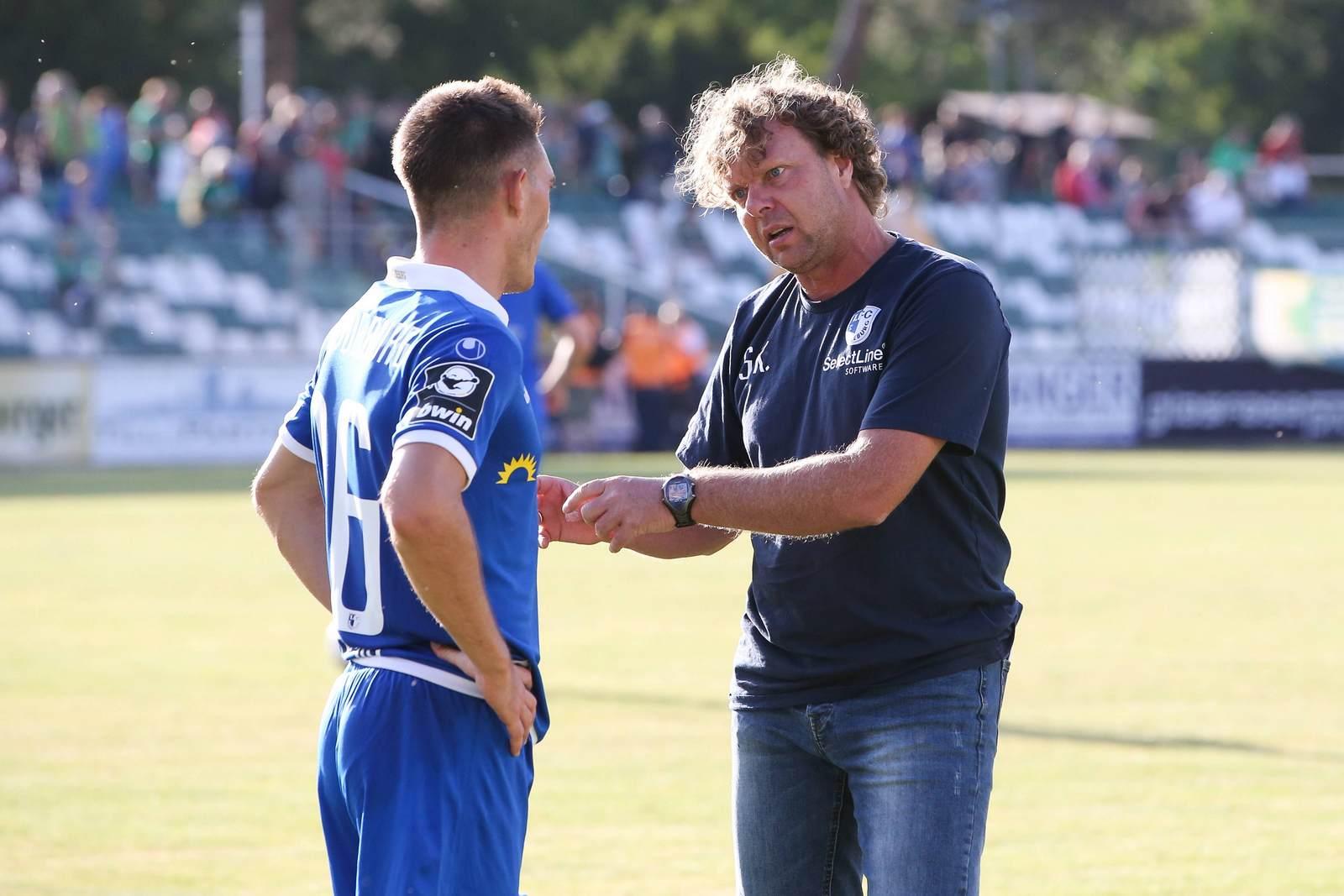 Mario Kvesic im Gespräch mit Trainer Stefan Krämer
