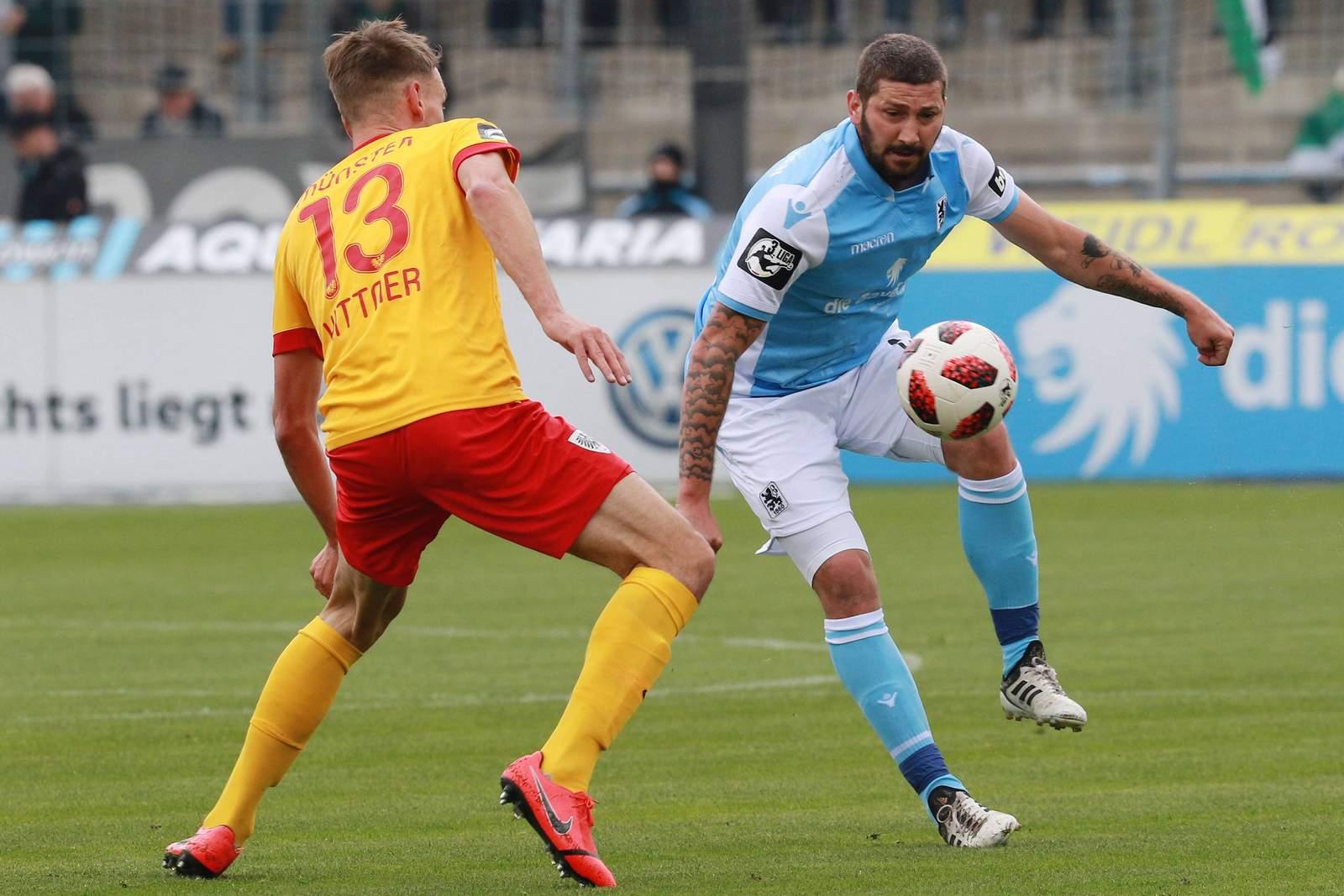 Sascha Mölders (r.) gegen Ole Kittner.