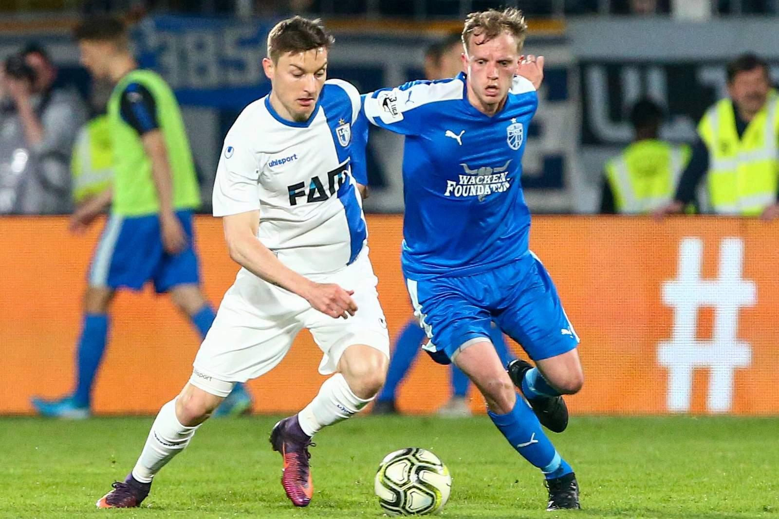 Charles Laprevotte vom 1. FC Magdeburg gegen Rene Eckardt von carl Zeiss jena