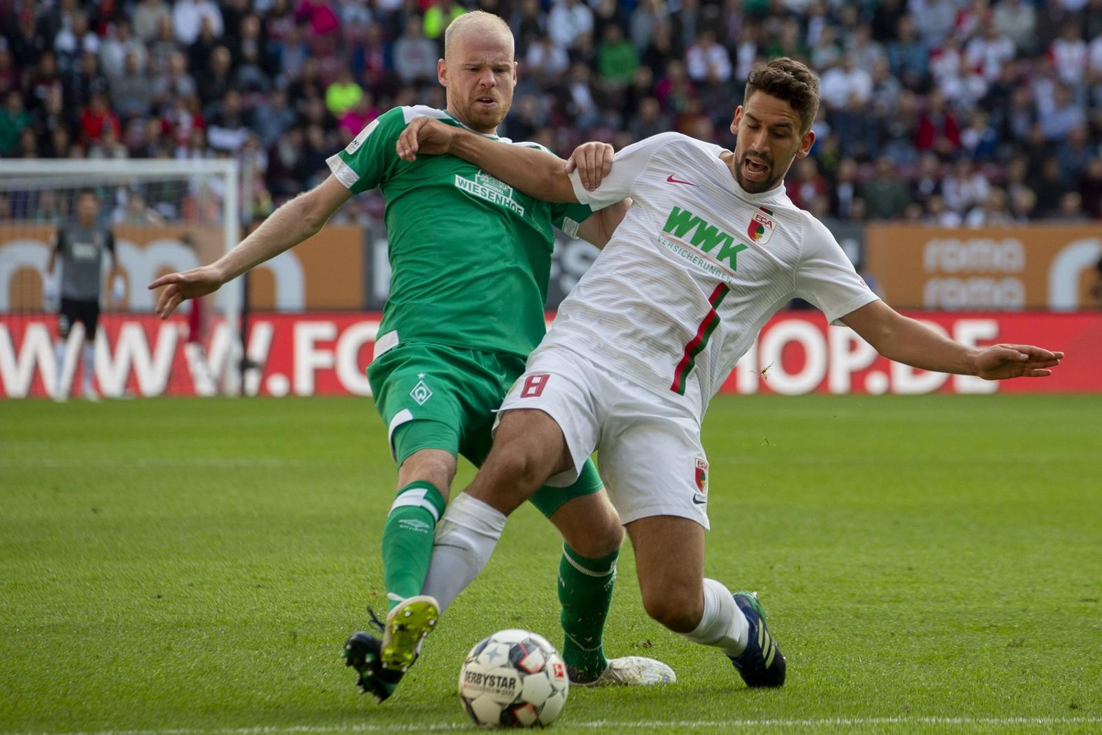 Davy Klaassen von Werder gegen Rani Khedira vom FC Augsburg