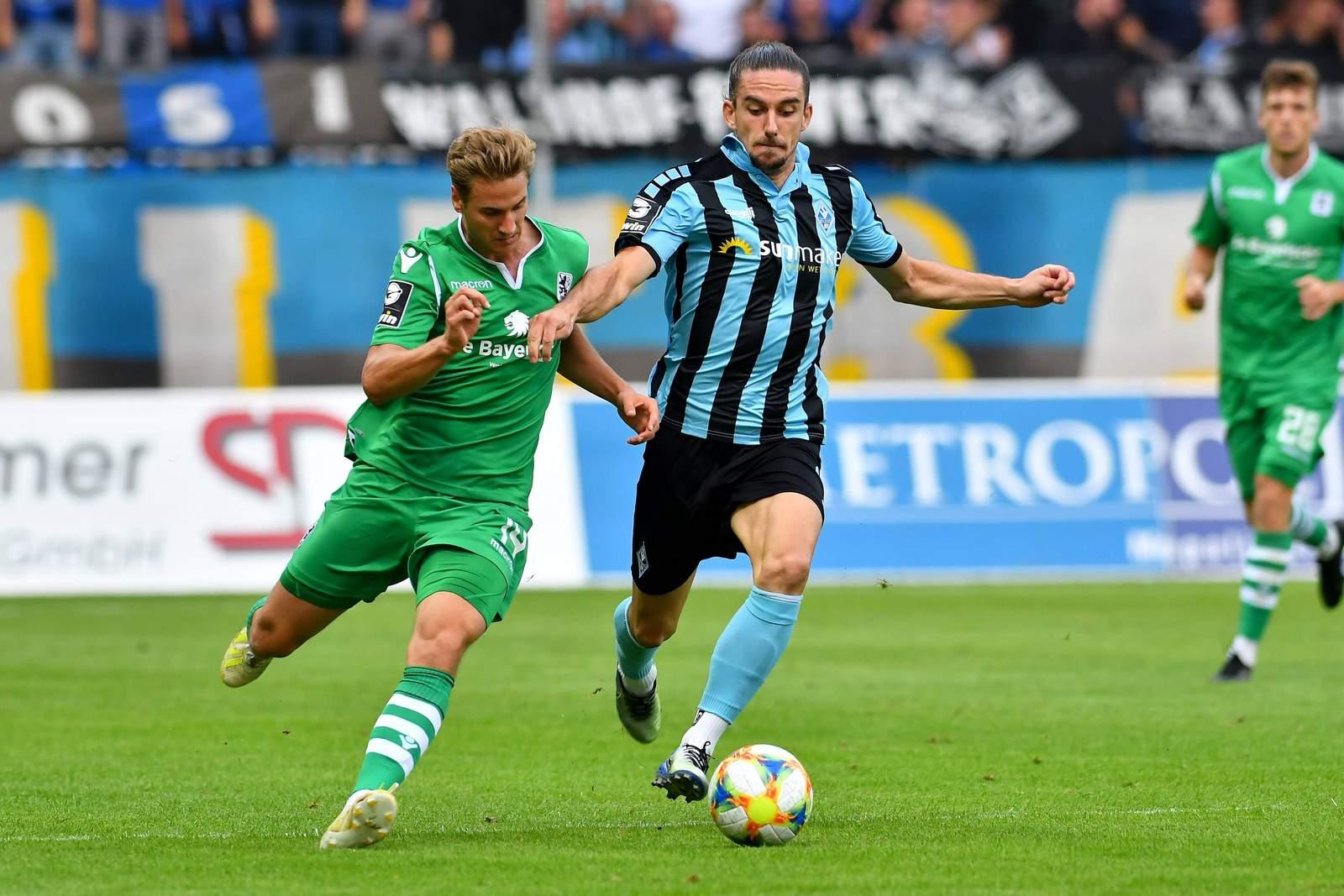 Valmir Sulejmani (r.) behauptet den Ball gegen Münchens Dennis Dressel.
