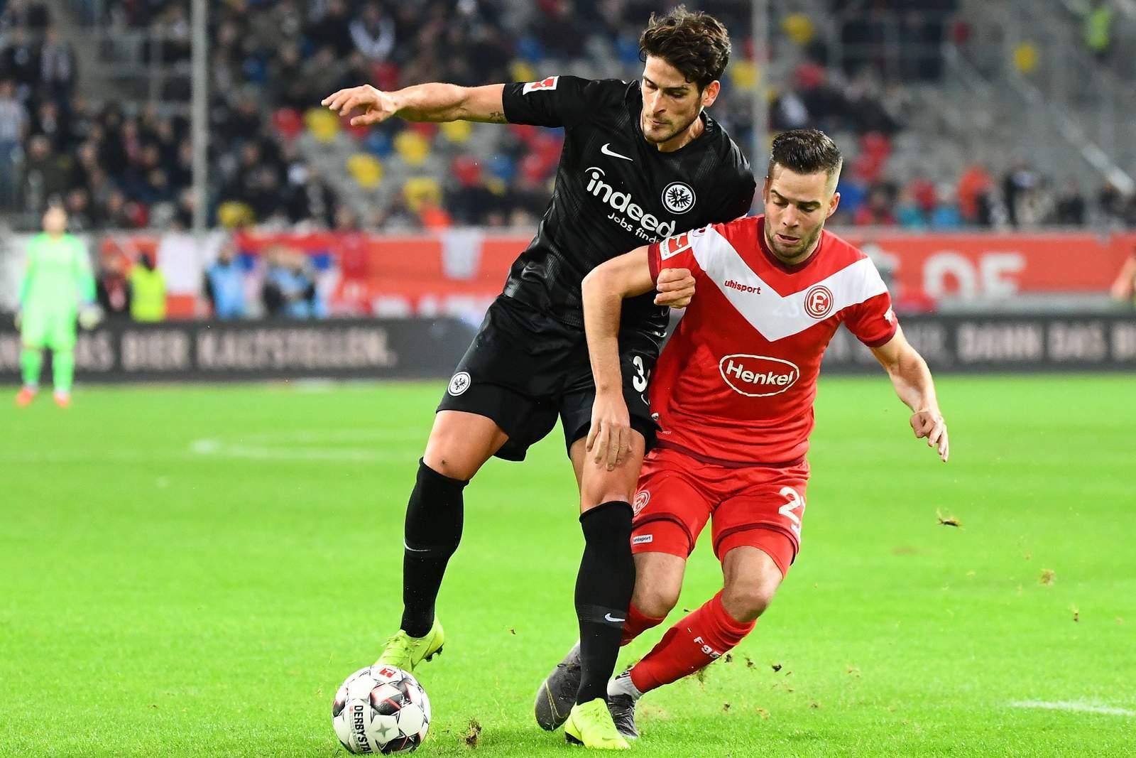 Goncalo Paciencia von Eintracht Franfurt gegen Niko Gießelmann von Fortuna Düsseldorf