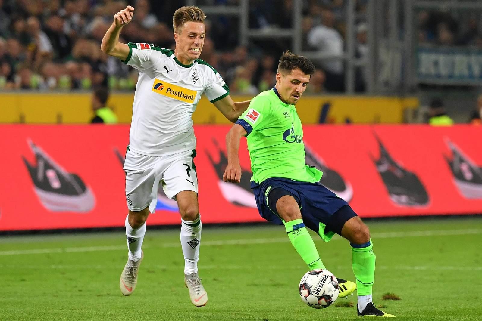 Patrick Herrmann von Gladbach gegen Alessandro Schöpf von Schalke