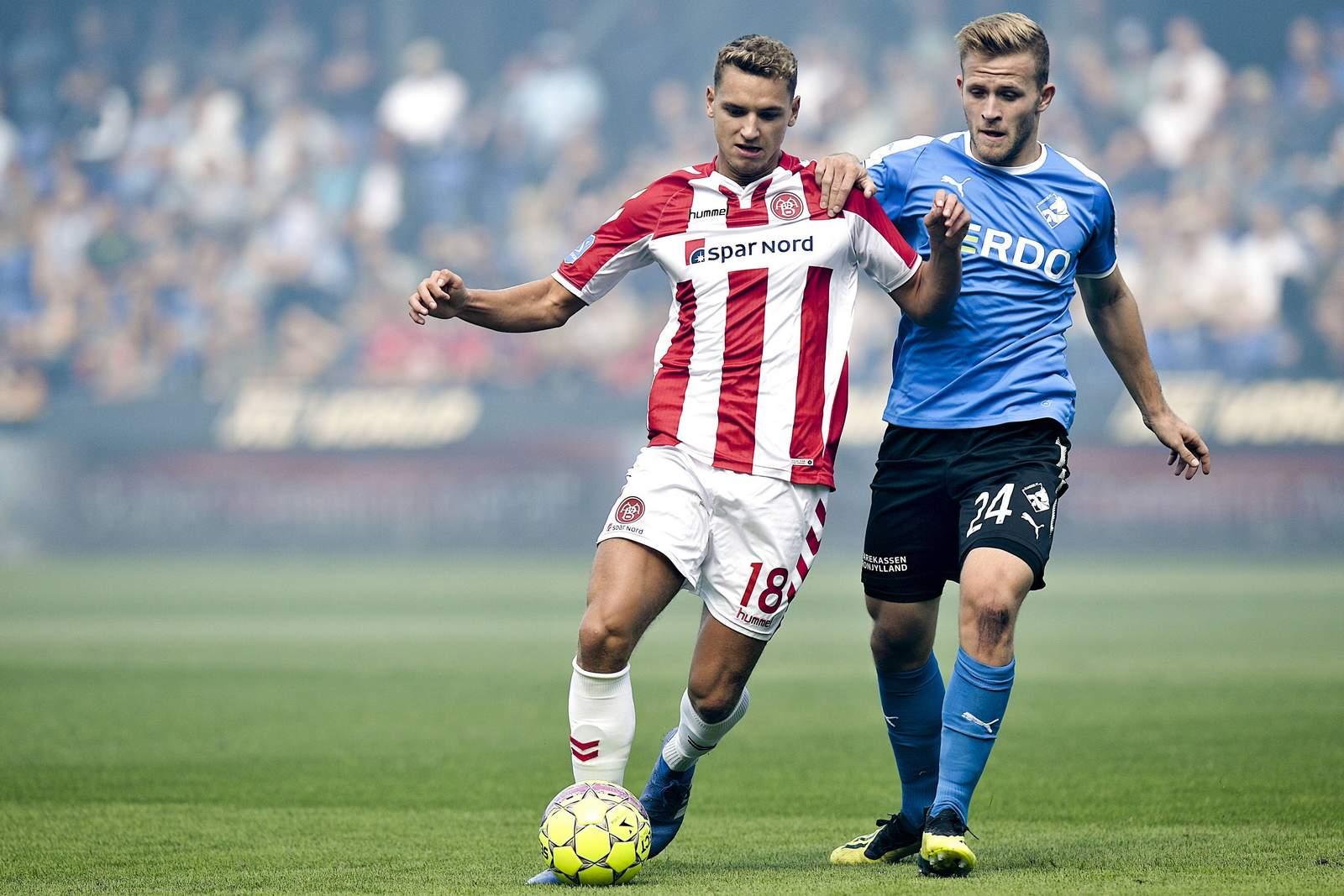 Rasmus Thellufsen bei Aalborg BK gegen Jonas Bager von Randers