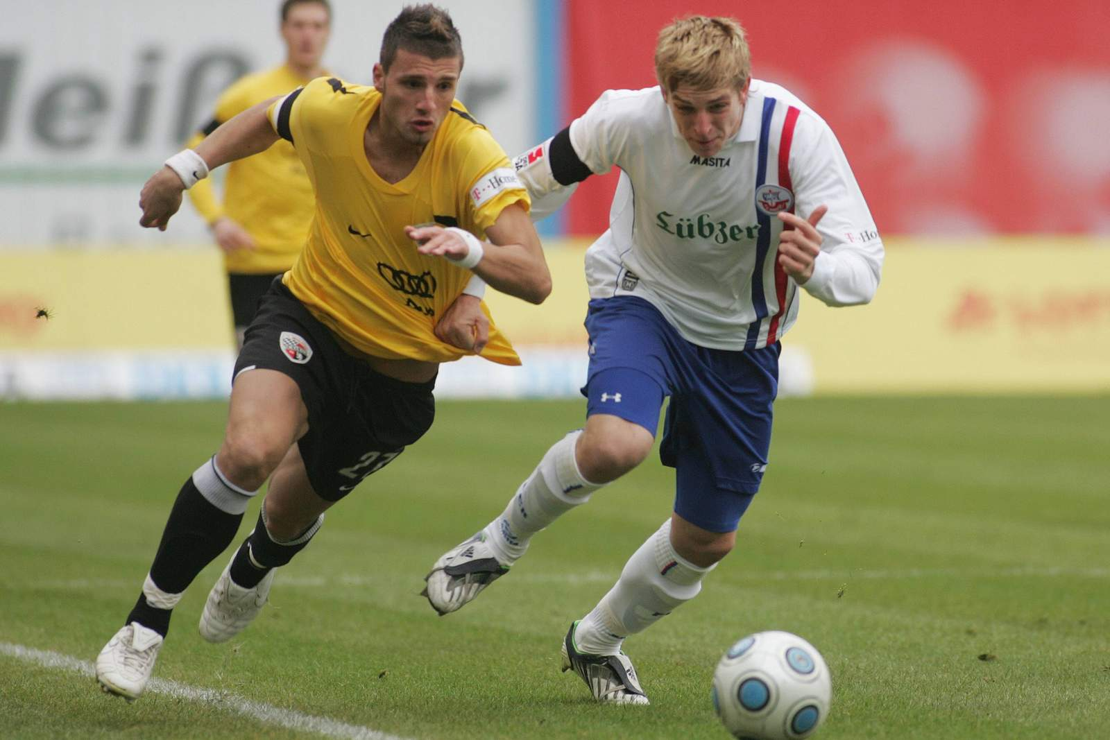 Valdet Rama vom FC Ingolstadt gegen Bastian Oczipka von Hansa Rostock