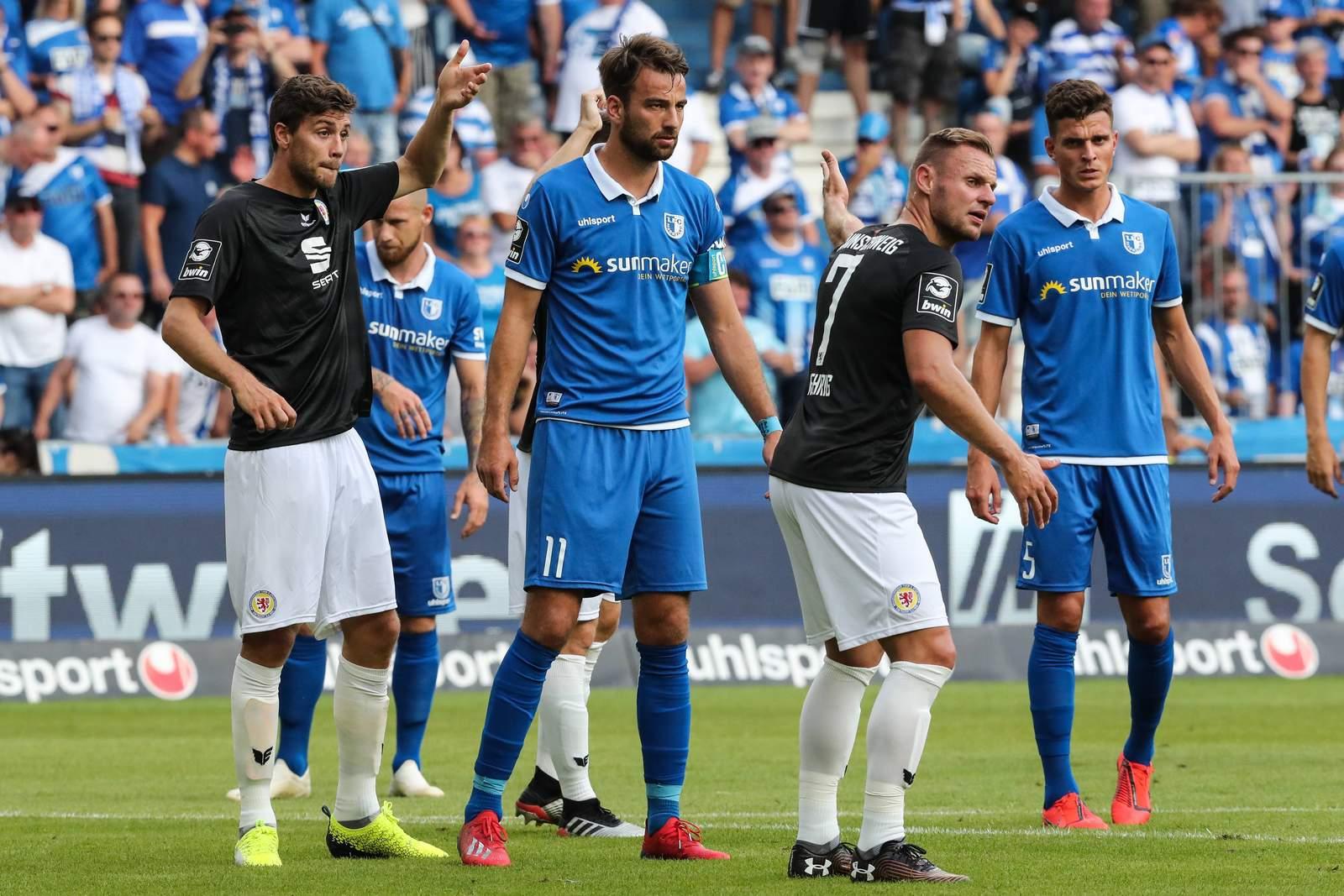 Christian Beck (m.) und Tobias Müller (r.) gegen Braunschweig.