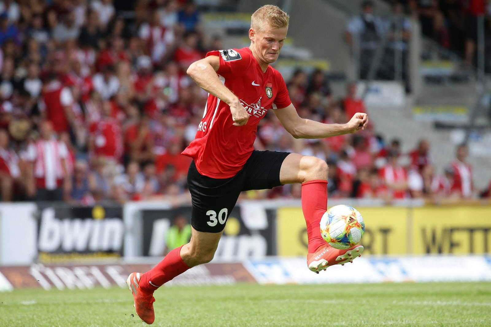 Dan-Patrick Poggenberg am Ball für die SG Sonnenhof Großaspach