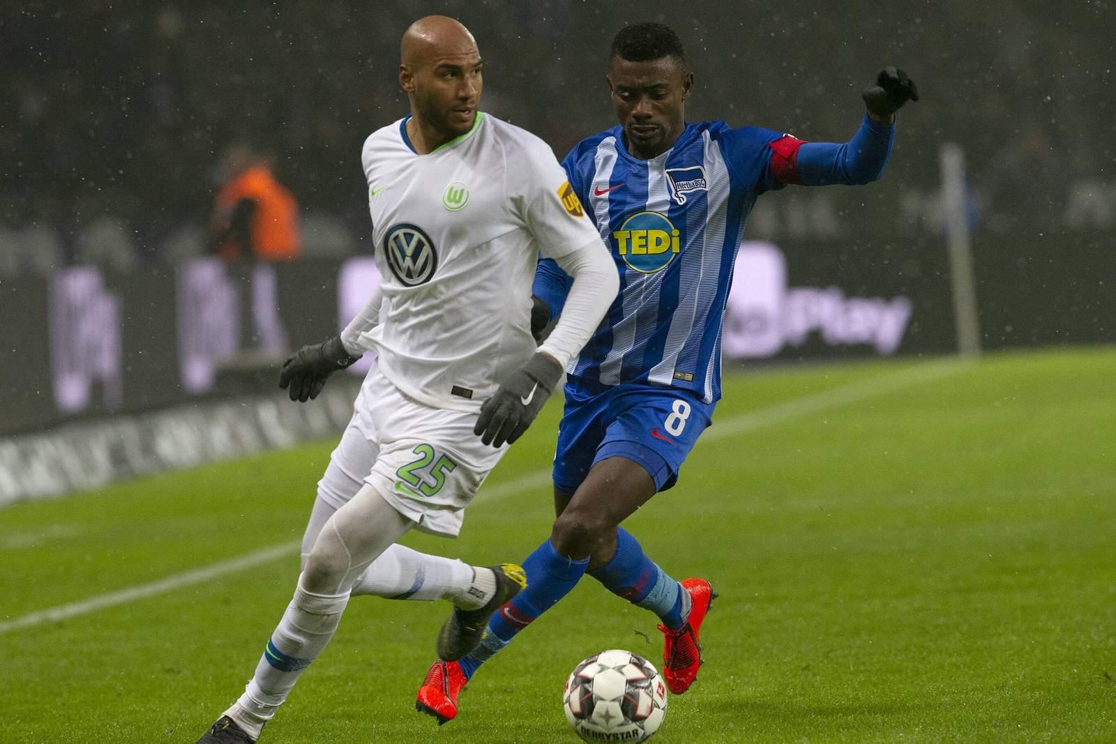 John Anthony Brooks von Wolfsburg gegen Salomon Kalou von Hertha BSC.