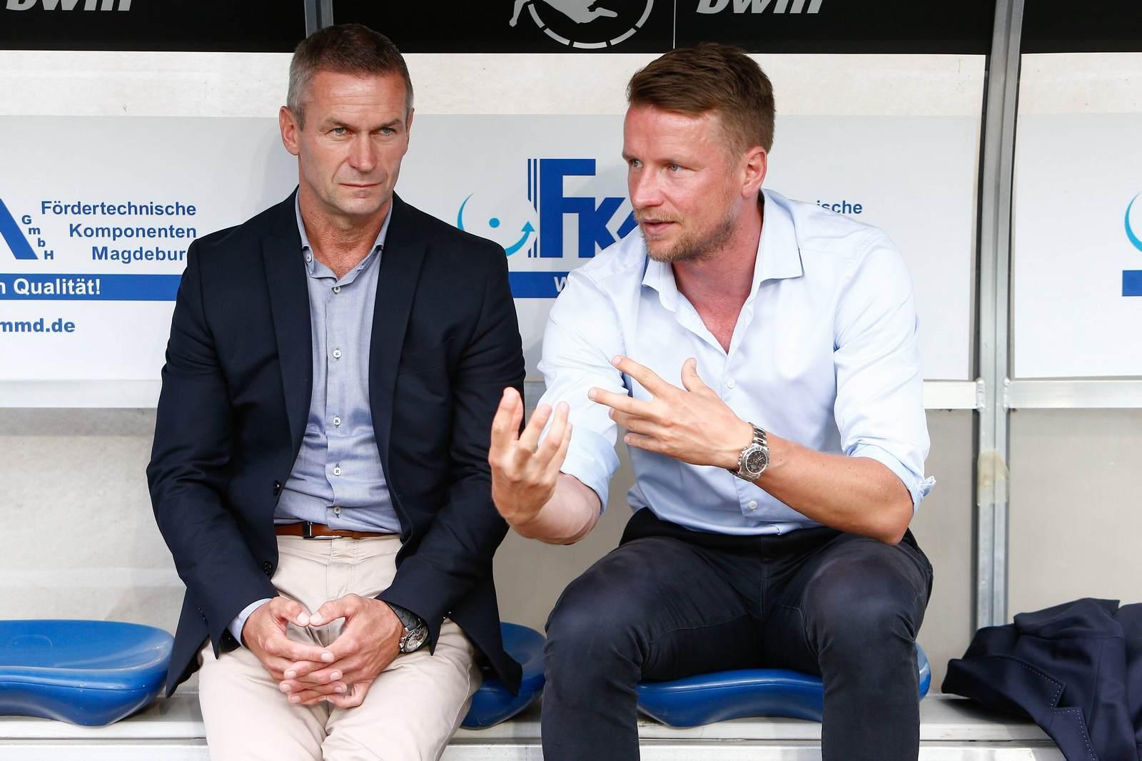 Mario Kallnik und Maik Franz auf der Bank des 1. FC Magdeburg