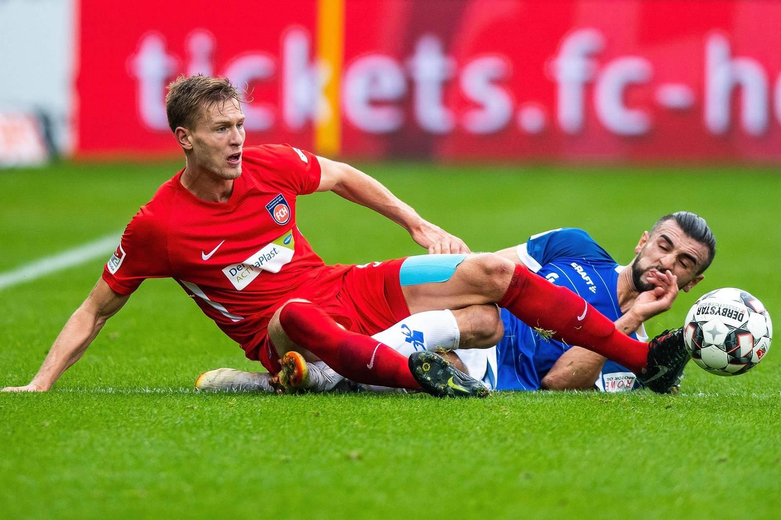 Oliver Steurer im Zweikampf mit Serdar Dursun.