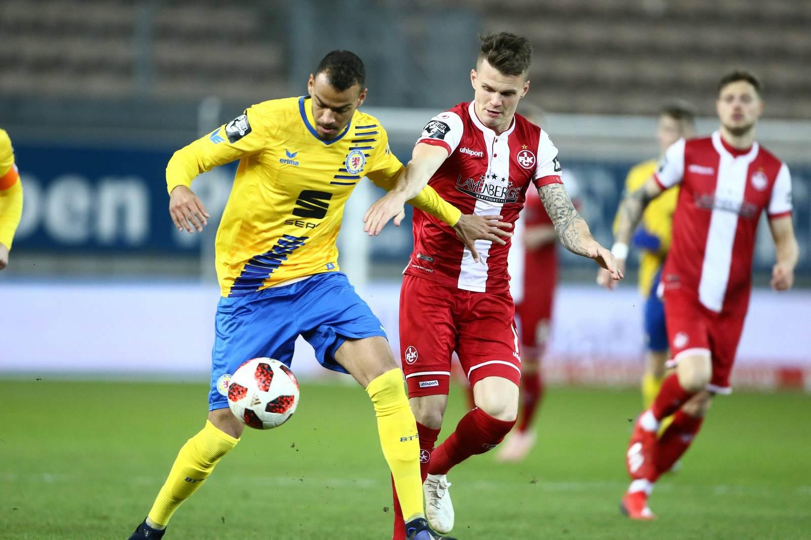 Steffen Nkansah von Braunschweig gegen Florian Pick vom FCK