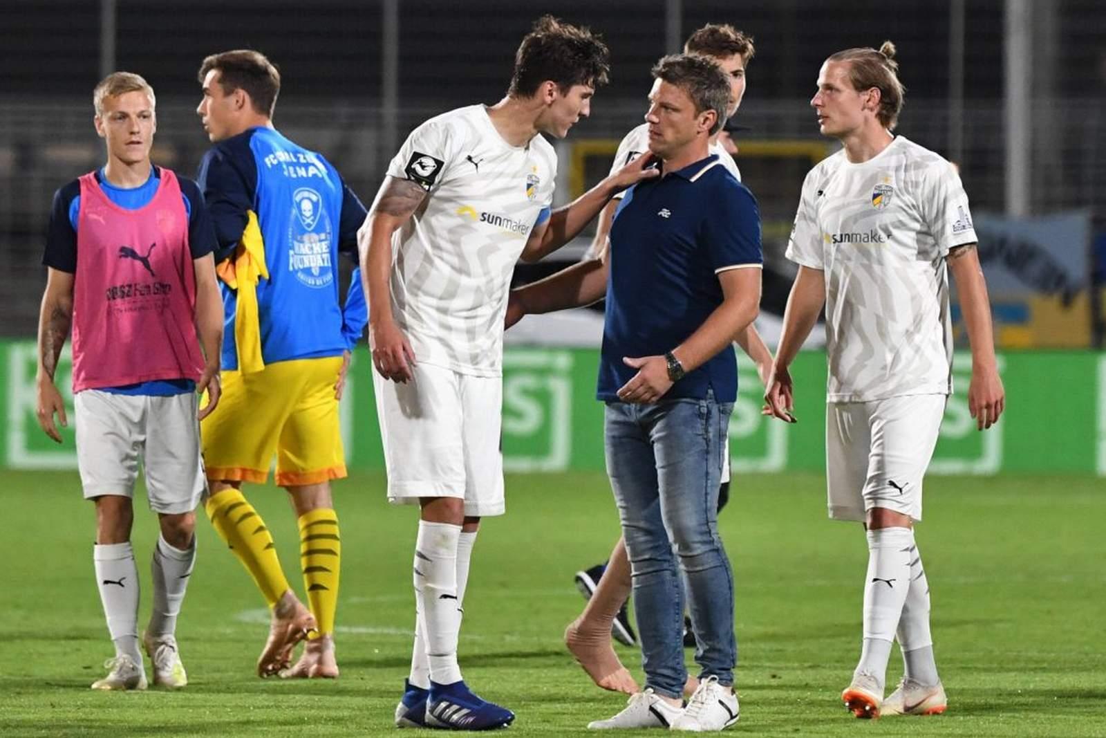 Dominic Volkmer bespricht sich mit seinem Trainer Lukas Kwasniok
