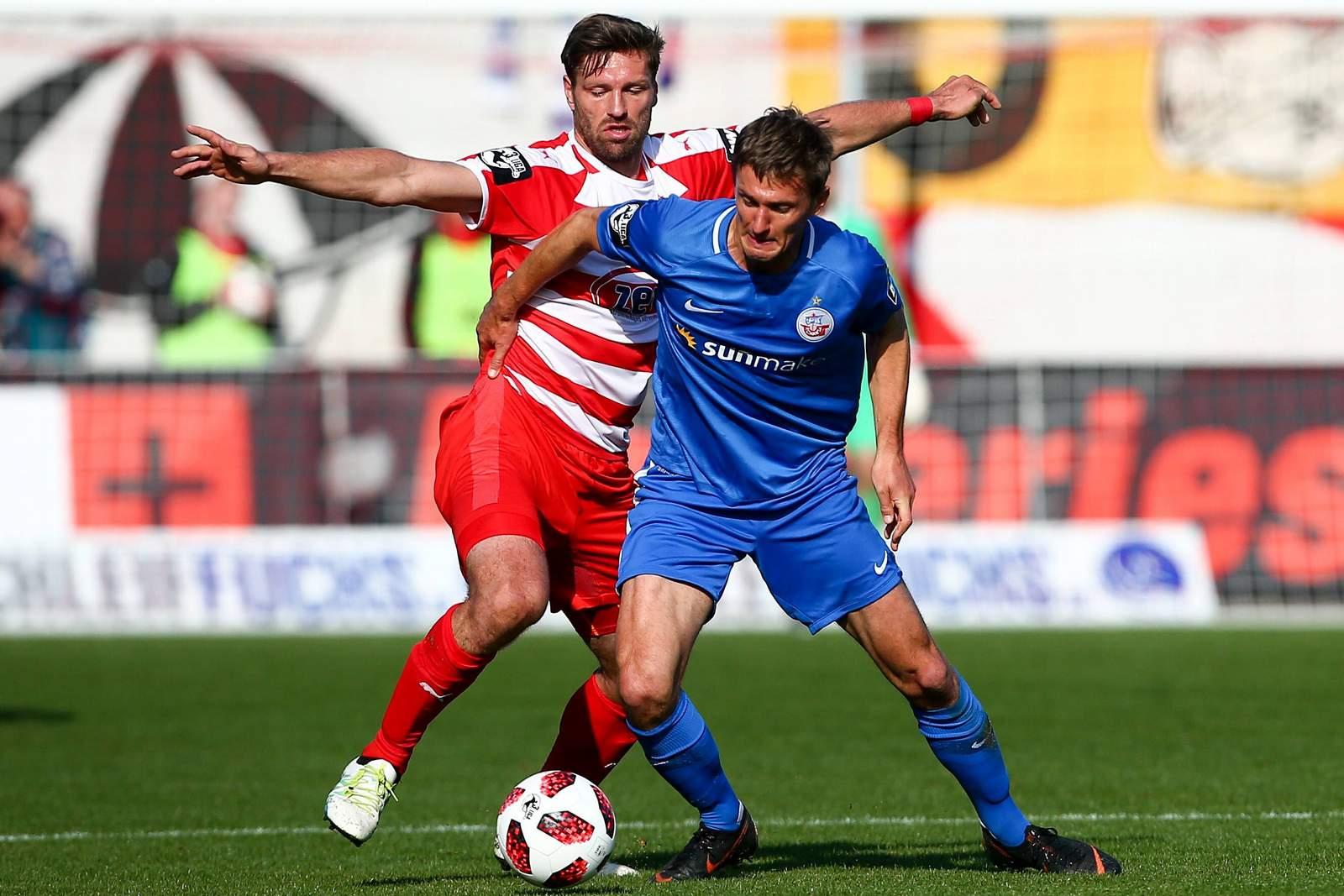 Kai Bülow von Hansa Rostock gegen Ronny König vom FSV Zwickau