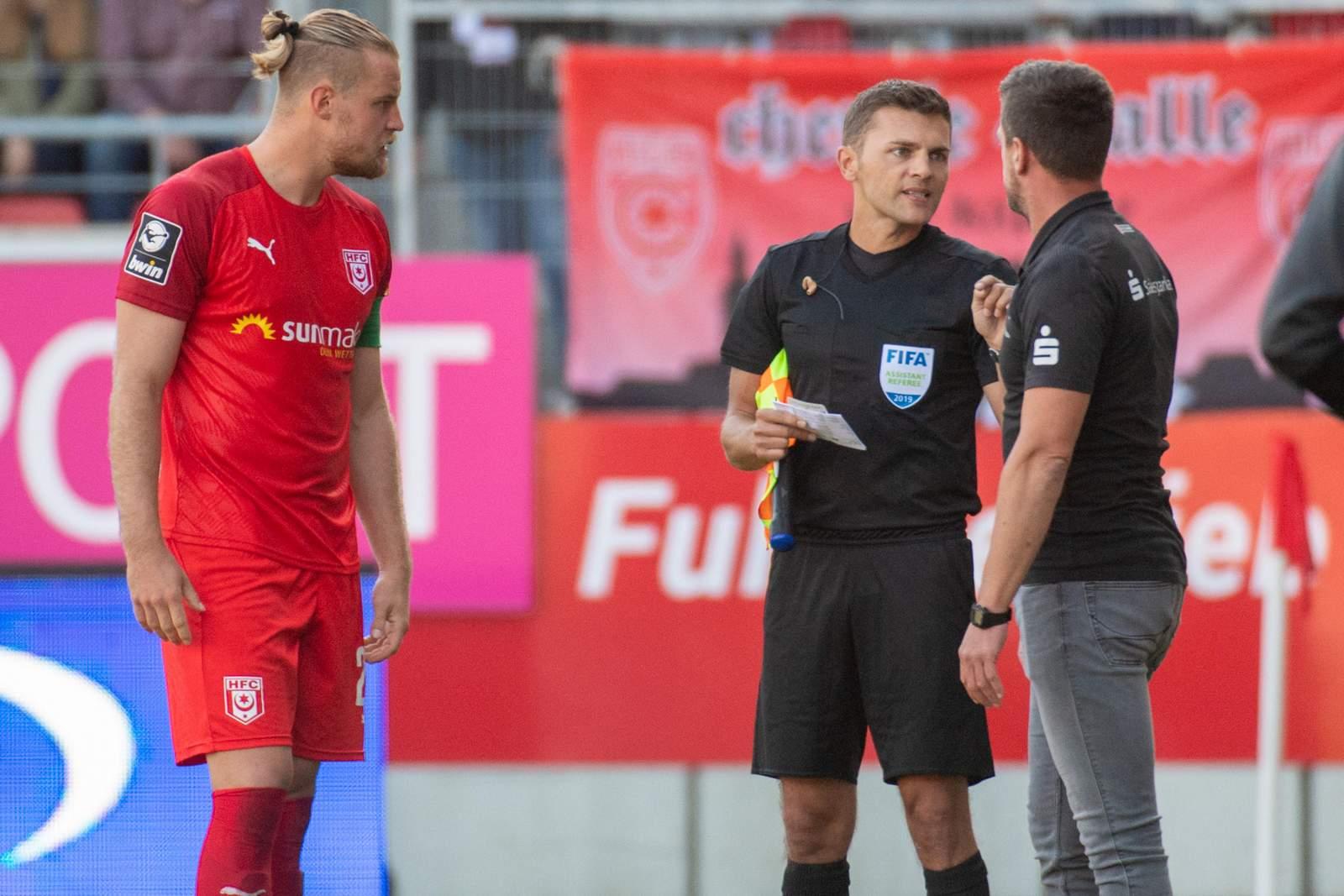 Sebastian Mai und Torsten Ziegner diskutieren mit dem Schiedsrichter-Assistenten