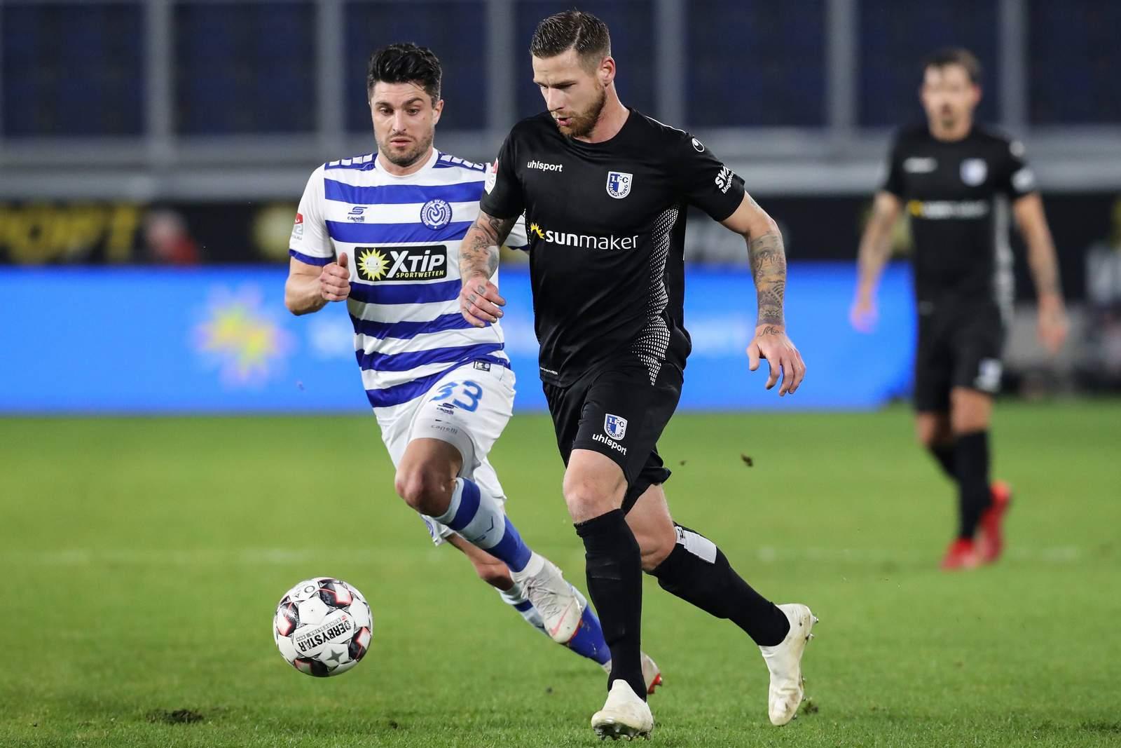 Timo Perthel vom 1. FC Magdeburg gegen Moritz Stoppelkamp vom MSV Duisburg